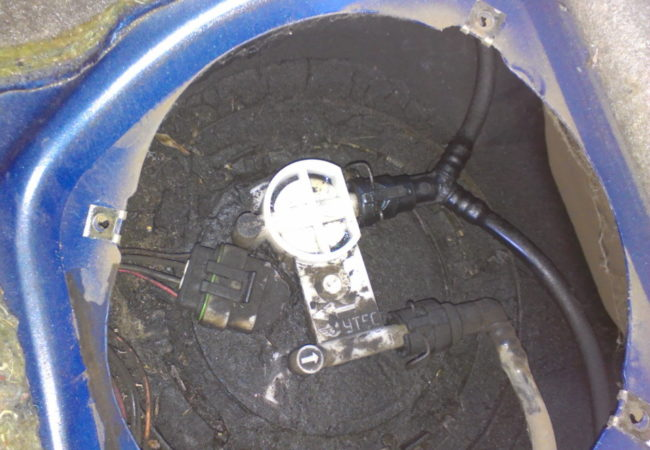 Замасленная поверхность топливного бака под задним сидением Лада Калины