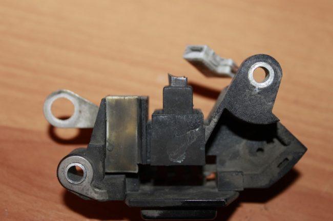 Старое реле регулятор напряжения от Калины с сильно изношенными щетками
