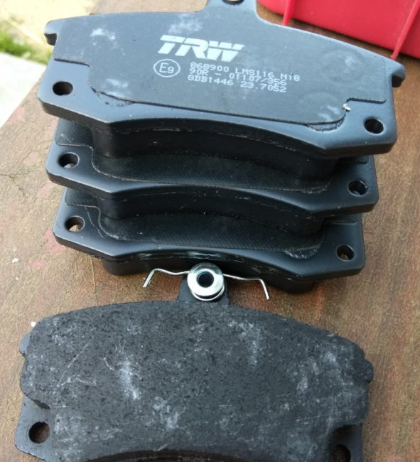 Комплект тормозных колодок TRW GDB1446 для замены в передних тормозах автомобиля Лада Калина второго поколения