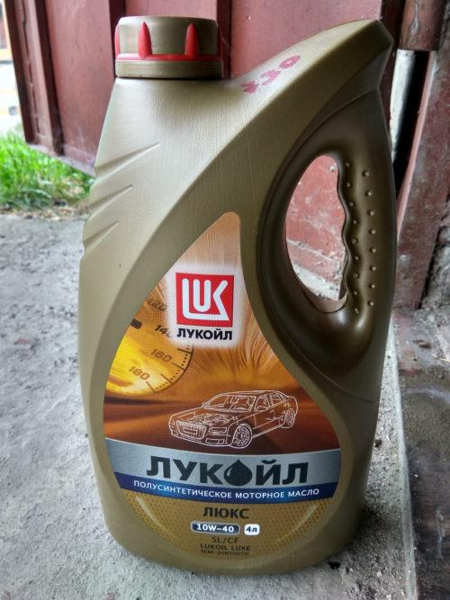 Моторное масло Лукойл 10W-40 для двигателя Лада Калины российского производства