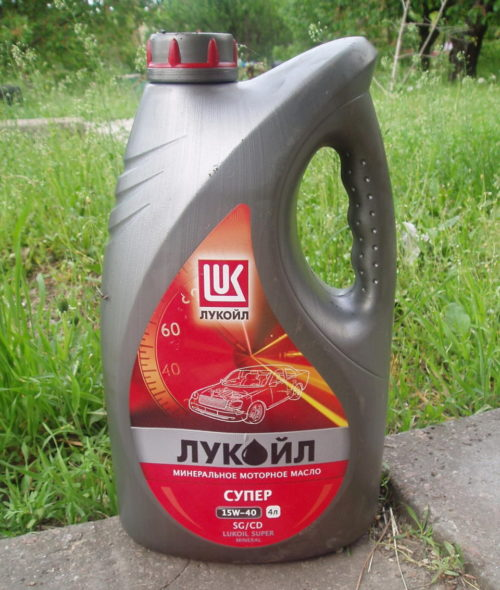 Отечественное масло Лукойл 15W-40 для замены в двигателе Лада Калины
