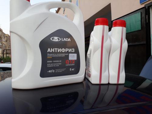 Семь литров антифриза в трех канистрах для замены в Лада Калине