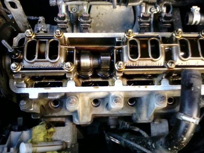 Восьмиклапанный двигатель с одним распредвалом на Лада Калине со снятой крышкой