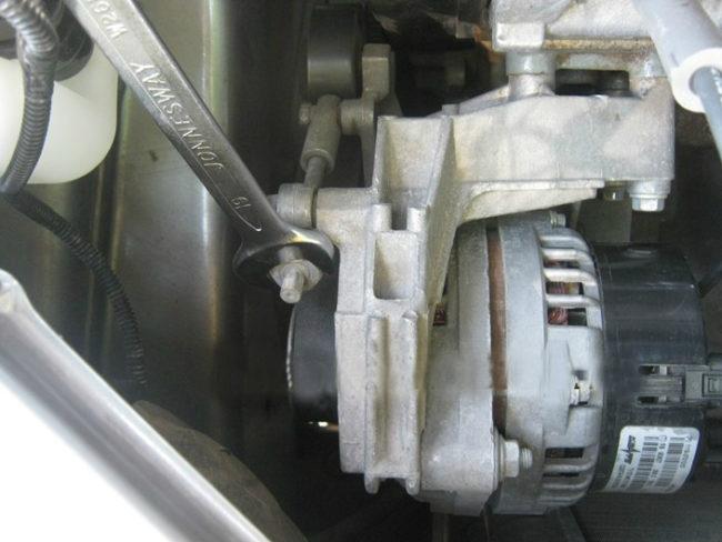 Гайка на шпильке натяжителя ремня генератора в Лада Калине первых лет выпуска