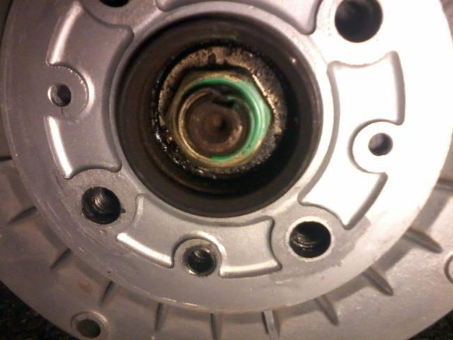 Замятый бортик на гайке задней ступицы в автомобиле Лада Калина