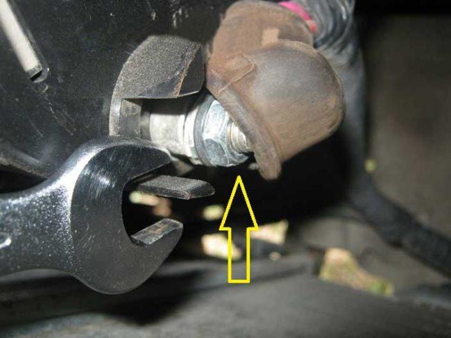 Крепление плюсового провода на генераторе автомобиля Лада Калина
