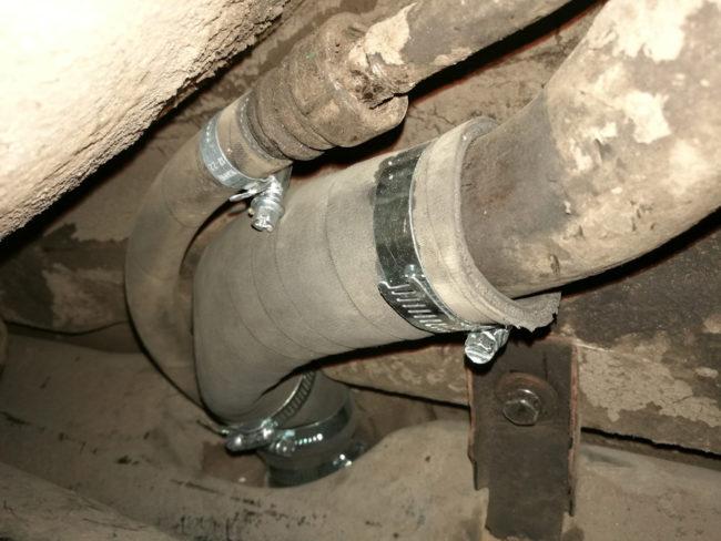 Замена хомутов на патрубке топливного бака под днищем автомобиля Лада Калина