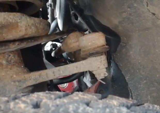 Проверка монтировкой люфта рулевого наконечника на седане Лада Калина
