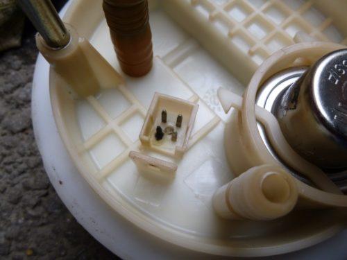 Сгоревшая колодка на пластиковый крышке бензонасоса в Лада Калине