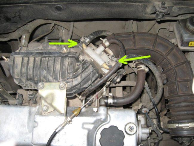 Патрубки на штуцерах дроссельного узла двигателя на Лада Калине