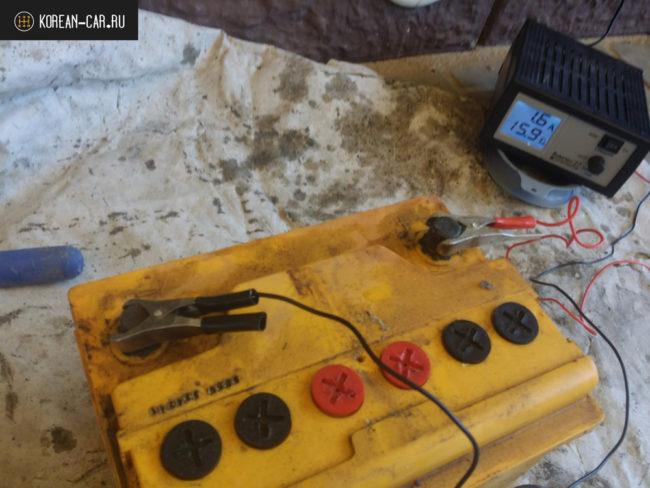 В процессе зарядки АКБ при помощи прибора напряжение заряда 15.9 В