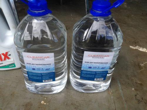 Две канистры дистиллированной воды для промывки системы охлаждения в калиновском двигателе