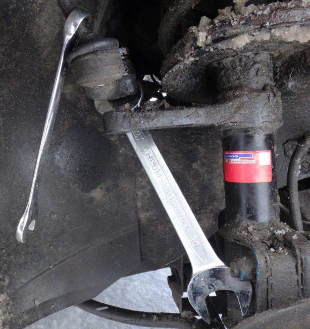 Отворачивание прикипевшего наконечника рулевой тяги в Лада Калине