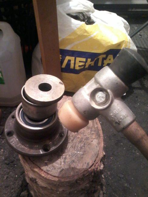 Запрессовка нового подшипника в заднюю ступицу автомобиля Лада Калина