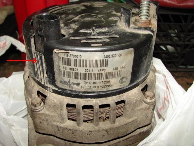 Защелка-фиксатор на пластиковой крышке калиновского генератора