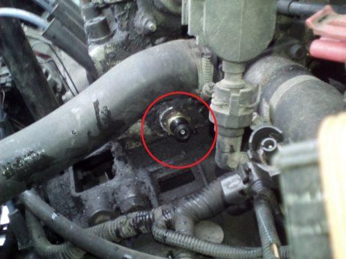 Датчик температуры охлаждающей жидкости на блоке цилиндров двигателя в Лада Калине
