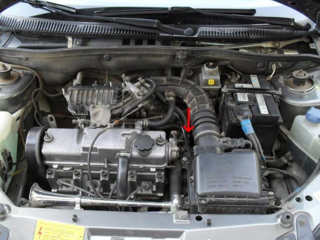 Открытый моторный отсек автомобиля Лада Калина с 8-клапанным двигателем