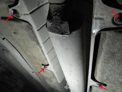 Гайки крепления теплового кожуха на днище автомобиля Лада Калина