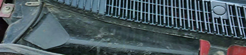 Крышка салонного фильтра на Лада Калина вблизи под жабо