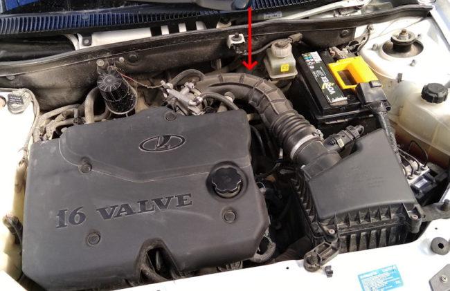 Моторный отсек автомобиля Лада Калина с 16-клапанным двигателем