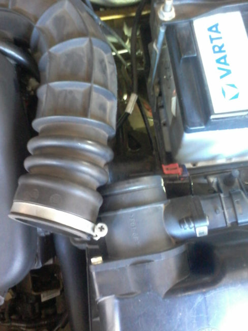 Резиновый патрубок воздушного фильтра в моторном отсеке Лада Калины