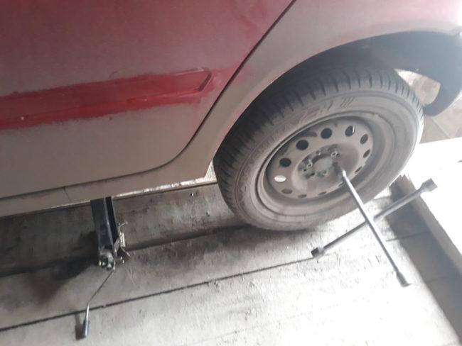 Снятие заднего колеса на Лада Калине для замены тросиков стояночного тормоза