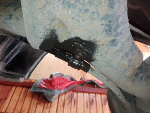 Смазка WD-кой шпильки крепления тросика ручника на балке в Лада Калине