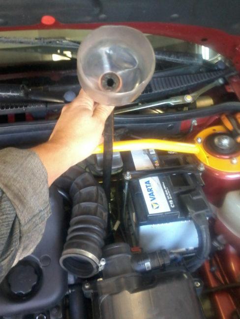 Самодельная воронка для заливки свежего масла в КПП автомобиля Лада Калина
