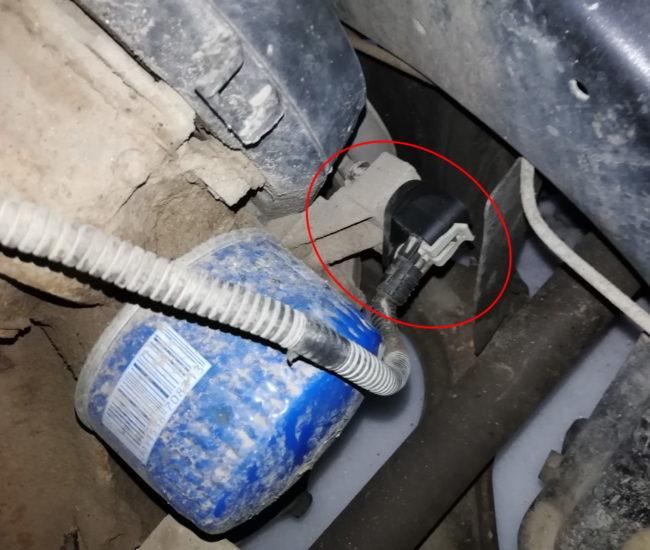 Новый датчик положения коленвала на инжекторном двигателе автомобиля Лада Калина