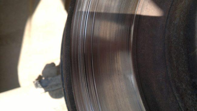 Глубокие борозды на тормозном диске переднего колеса в Лада Калине