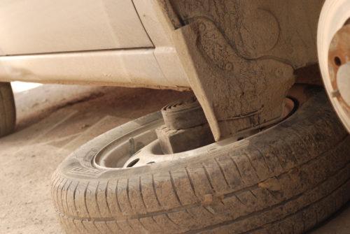 Дополнительная опора из колеса под днищем автомобиля Лада Калина