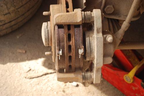 Новые колодки на тормозном диске правого колеса Лада Калины