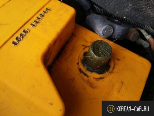 Минусовая клемма аккумулятора с нанесённой смазкой