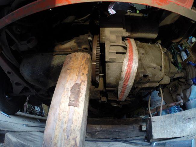 Деревянная пдпорка под двигателем Лада Калины при снятие сцепления без слива масла из коробки