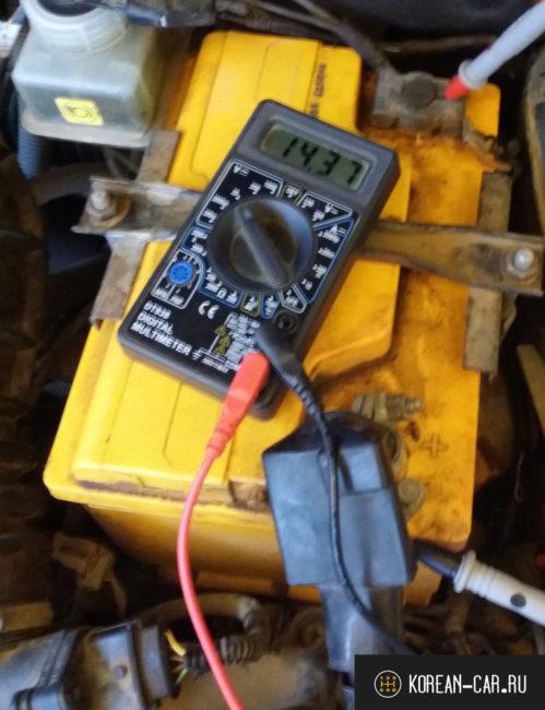 Проверка напряжения на клеммах аккумулятора при запущенном двигателе