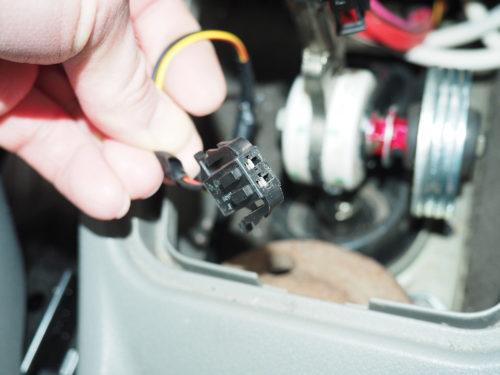 Фишка магнитного выключателя в салоне автомобиля Лада Калина