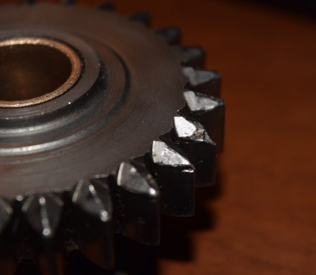 Сколотые зубья на шестерни задней передачи из механической коробки автомобиля Лада Калина