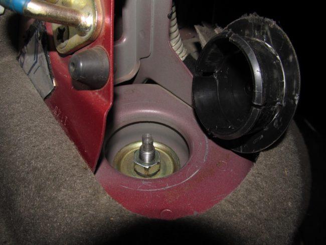 Крепление штока заднего амортизатора в стакане кузова седана Лада Калина