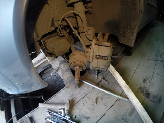 Снятие левого привода на Лада Калине для замены сцепления без снятия КПП