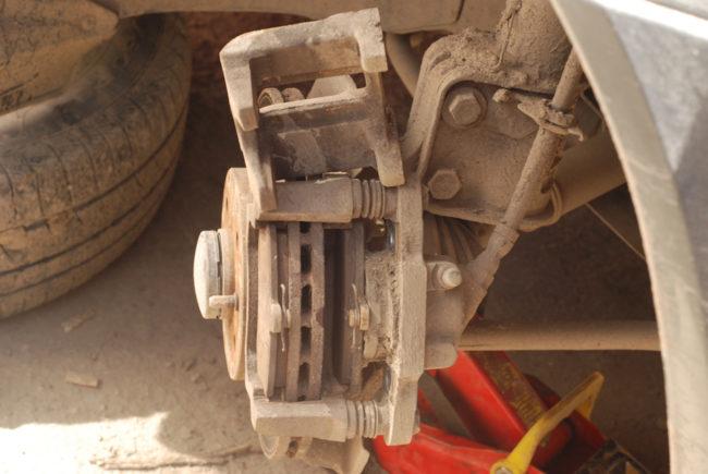 Тормозной диск переднего колеса в Лада Калине со снятым суппортом