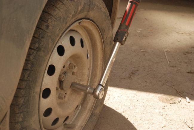 Снятие переднего колеса на автомобиле Лада Калина для замены тормозных колодок