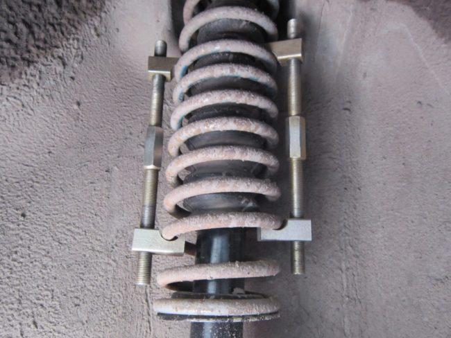 Усиленные стяжки на пружине заднего амортизатора в колесной арке Лада Калины