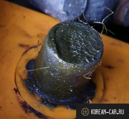 Обработанная клемма аккумулятора с нанесённой смазкой вблизи