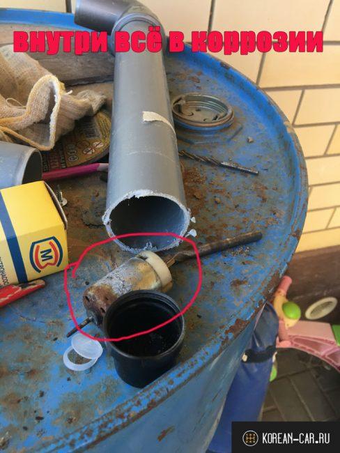 Сломанный насос стеклоомывателя со следами коррозии на корпусе на Шевроле Нива