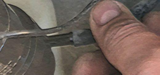 Демонтаж для проверки насоса стеклоомывателя на Шевроле Нива