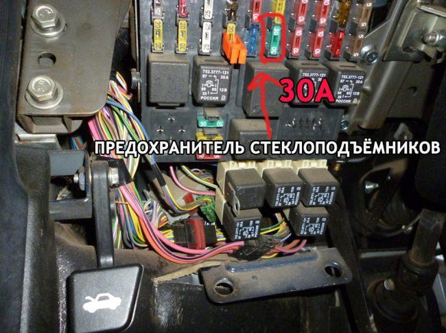 Расположение предохранителя стеклоподъёмников на Шевроле Нива монтажный блок ВАЗ-2110