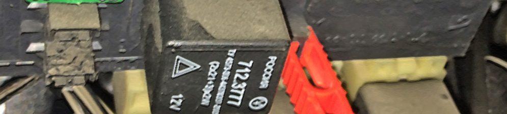 Реле поворотников на Шевроле Нива вблизи в монтажном блоке